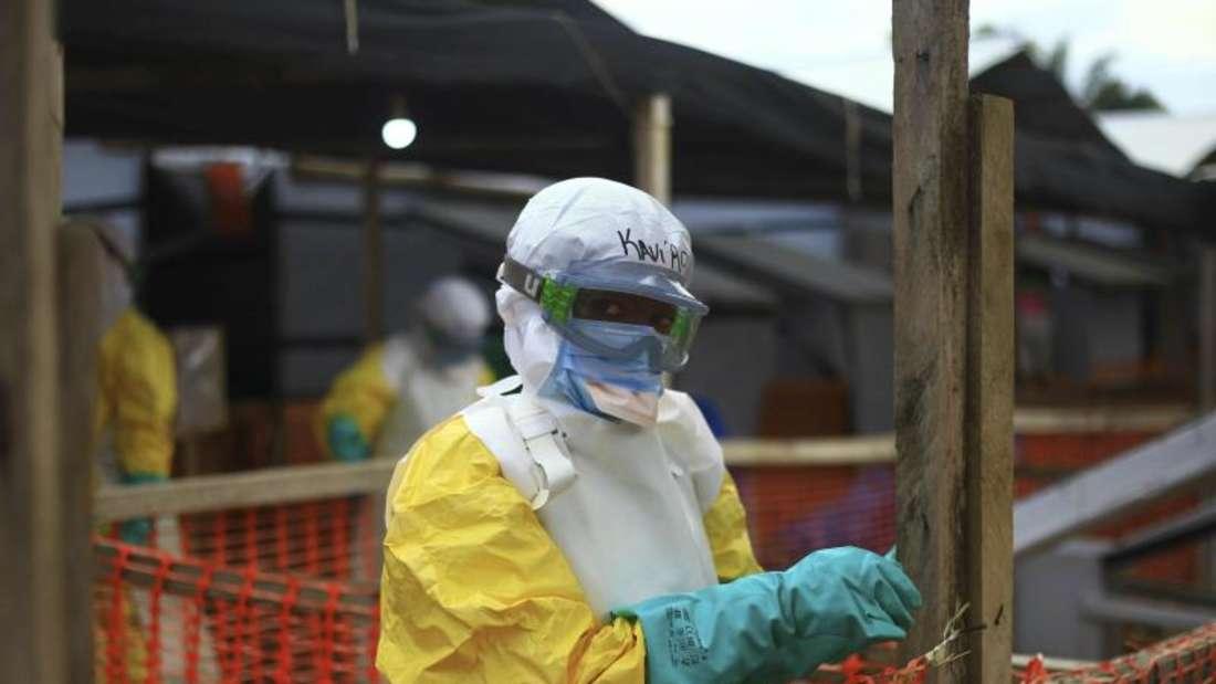 Ein medizinischer Helfer im Schutzanzug arbeitet in einem Ebola-Behandlungszentrum im Kongo. Im Nachbarland Uganda ist die lebensgefährliche Virus-Erkrankung nun auch nachgewiesen worden. Foto: Al-Hadji Kudra Maliro/AP
