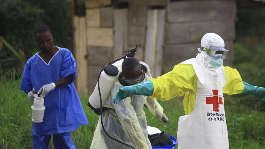 In Beni im Kongo reinigen sich Helfer nach der Arbeit in einem Ebola-Behandlungszentrum. Foto: Al-Hadji Kudra Maliro/AP