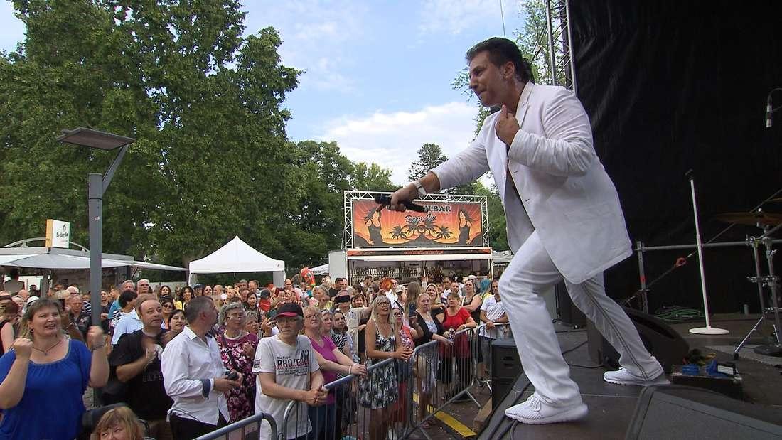 Oliver Frank konzentriert sich auf seinen Auftritt. Die beiden Tänzerinnen rücken in den Hintergrund.