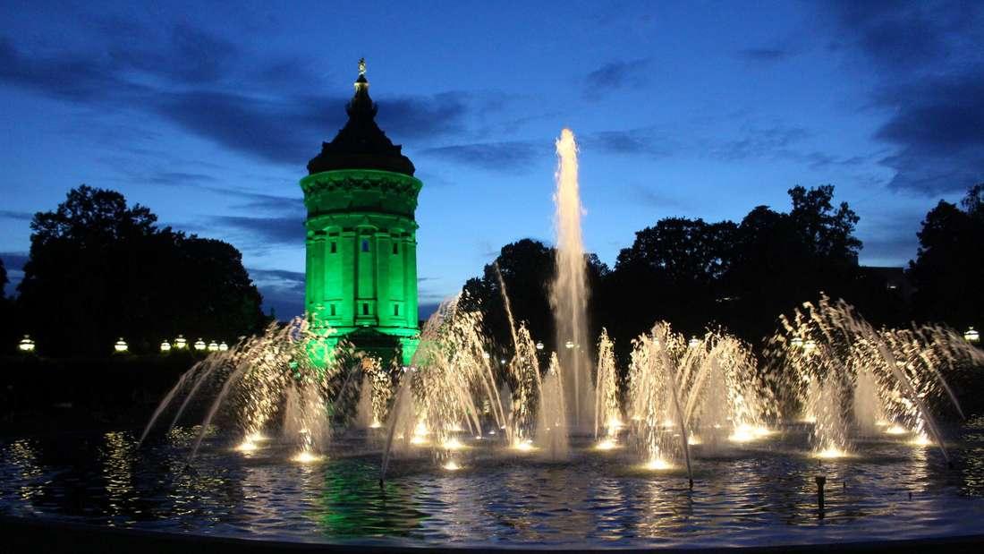 Der Wasserturm erstrahlt einen Abend lang in Grün - um ein Zeichen für die Modellstadt Mannheim zu setzen.