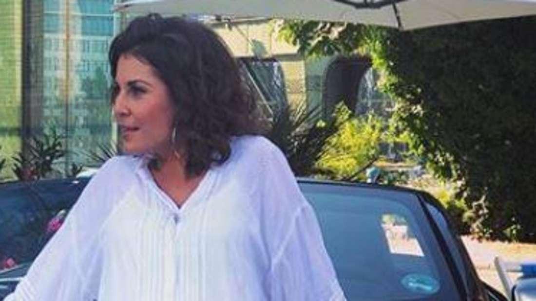Posen kann sie: Vanessa Blumhagen in einem weißen Sommerkleid.