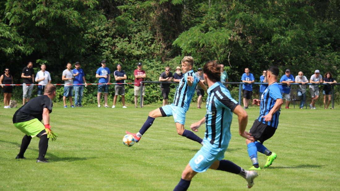 Flanke Sulejmani (r.), Tor Deville. Der SV Waldhof feiert einen deutlichen Testspiel-Sieg.