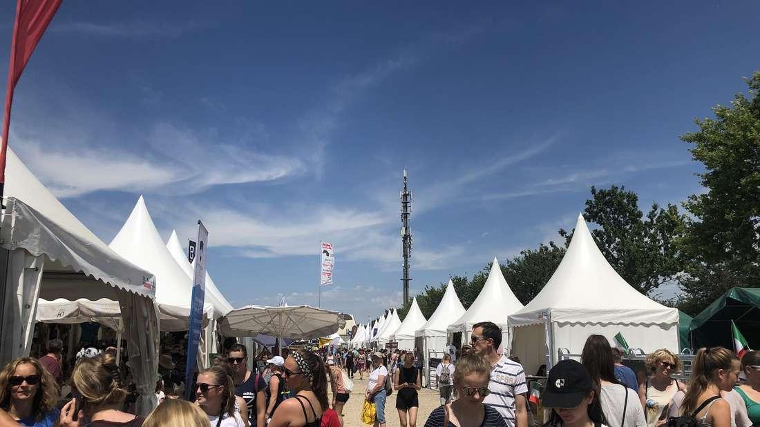 Viel los am Samstag auf der Equitana. Die Aussteller sind in kleinen Zelten untergebracht.