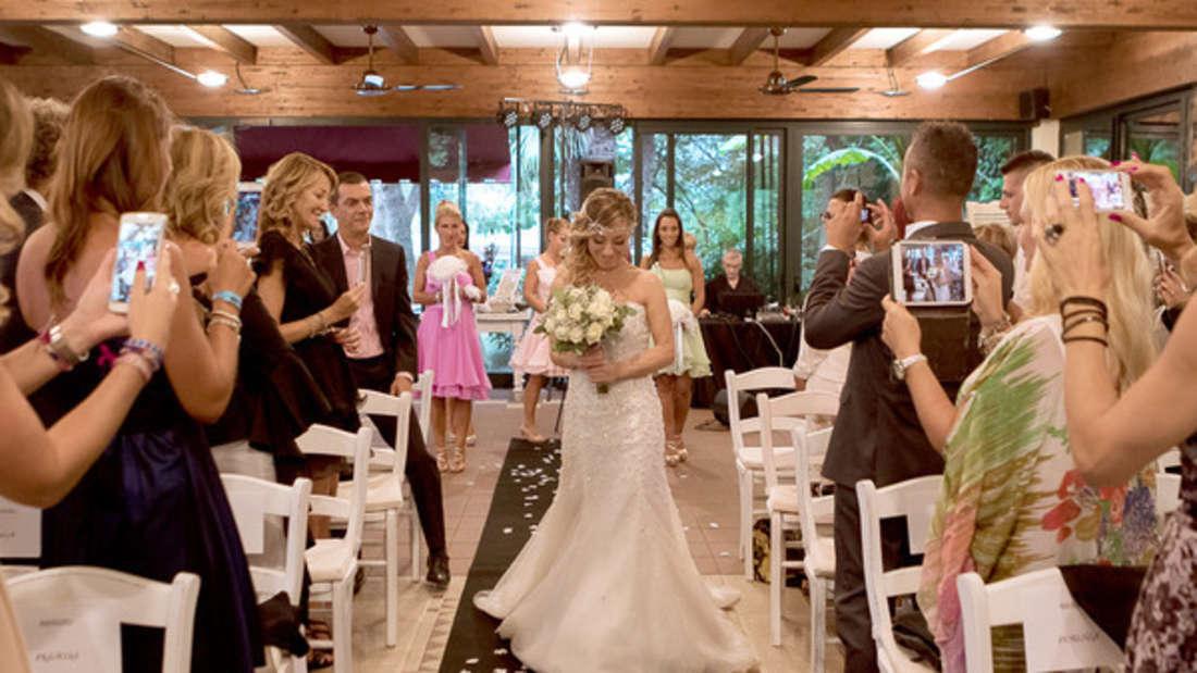 """Für die Hochzeitsgäste von """"Brautzilla"""" sollte es eine """"Ehre"""" sein, so viel Geld für ihren Tag auszugeben. (Symbolbild)"""