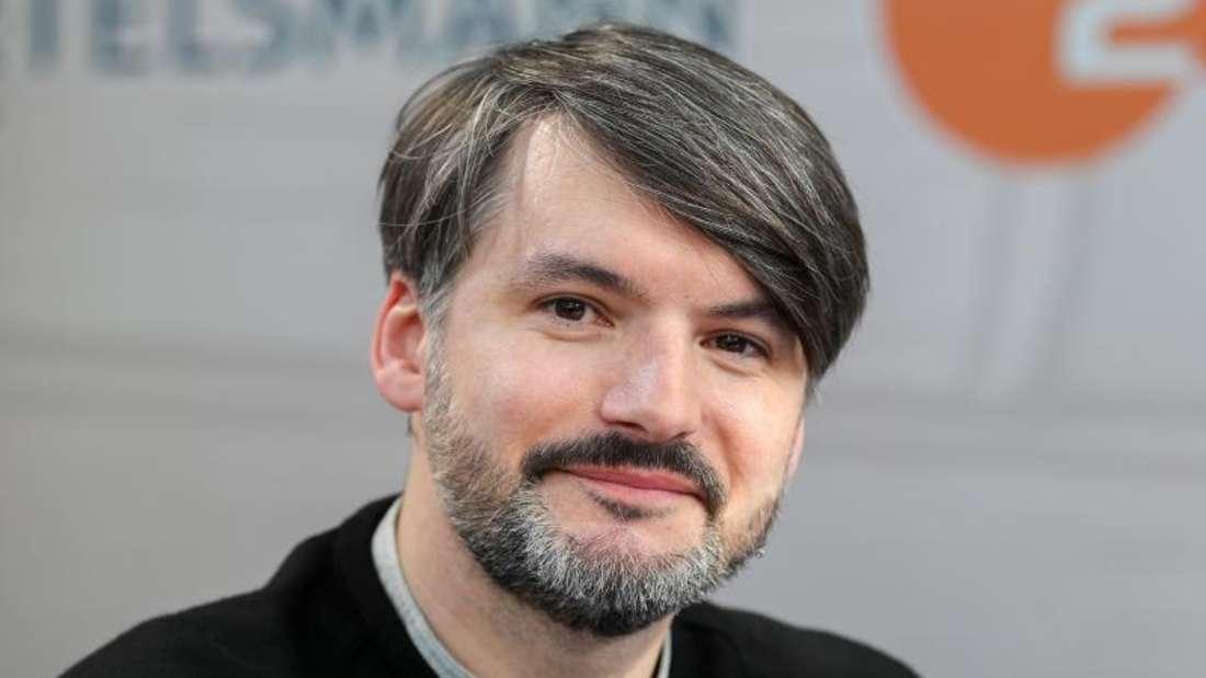 Saša Stanišić hat sich im Stil der «Feuerzangenbowle» in eine Abi-Prüfung geschmuggelt. Foto: Jan Woitas