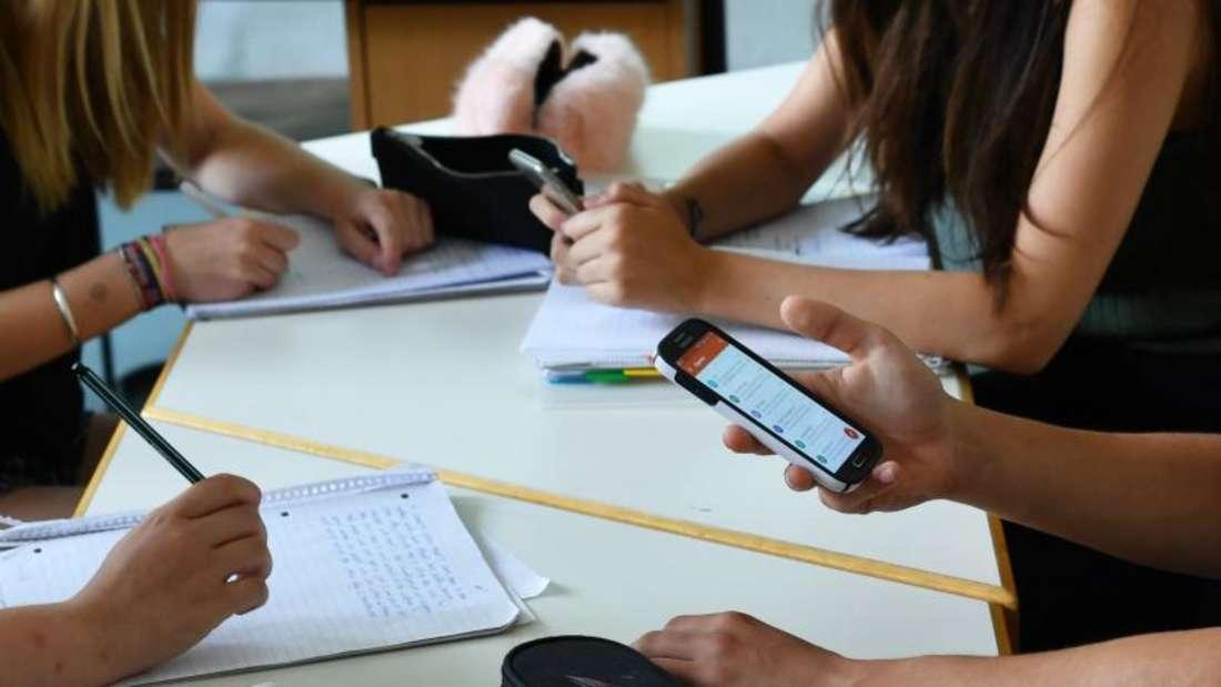 Smartphone oder Stift und block? Foto: Jens Kalaene