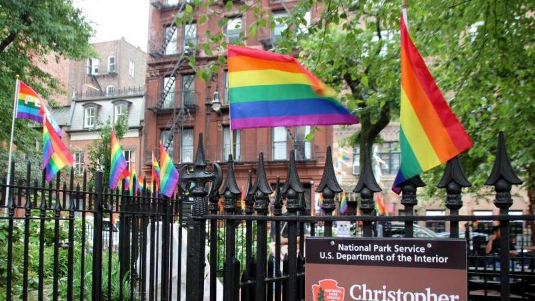 Der Christopher Park gegenüber dem «Stonewall Inn» ist mit Regenbogenfahnen geschmückt. Foto: Christina Horsten