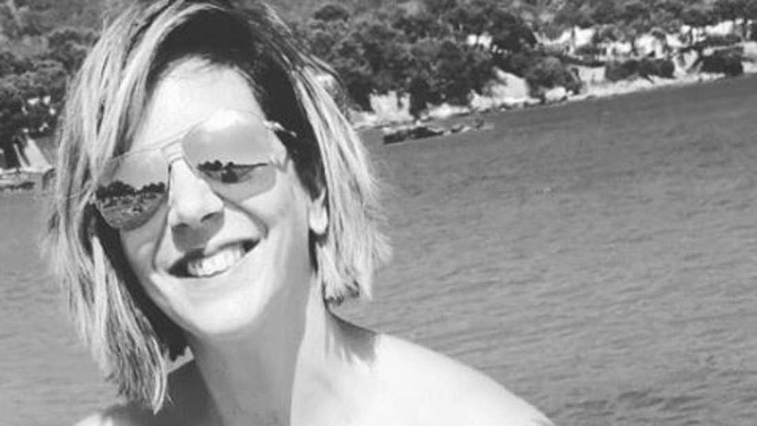 Danni Büchner zeigte sich auf Instagram lächelnd, aber in Schwarz-Weiß.