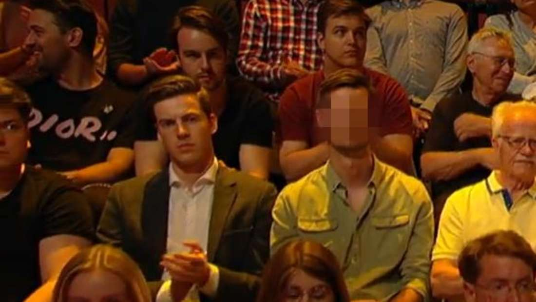 """Dieser Zuschauer (r.) zeigte bei""""Hart aber Fair"""" eine eindeutige Geste."""