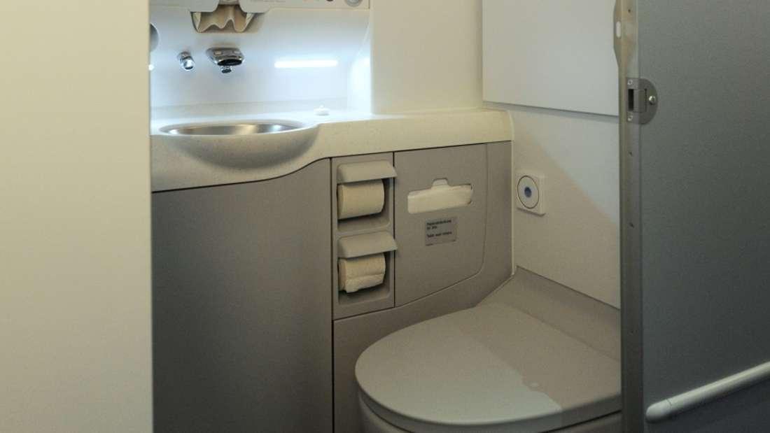 Die Toilettennutzung ist im Flugzeug verboten, sobald das Anschnallzeichen erscheint. (Symbolbild)
