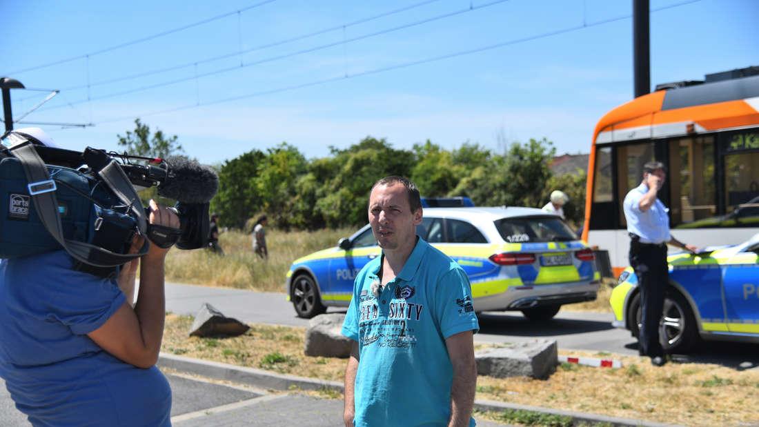 Flo von den Benz-Baracken wird von einem Kameramann vor der Unfallstelle gefilmt.