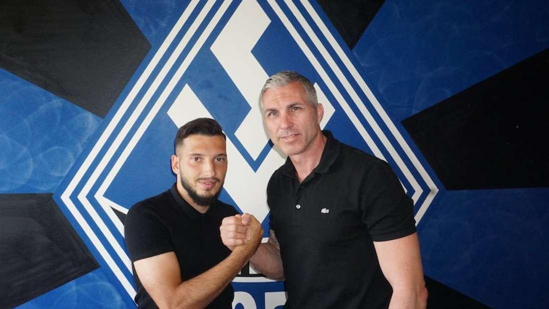 Arianit Ferati (li.) mit Waldhof-Sportdirektor Jochen Kientz (r.)