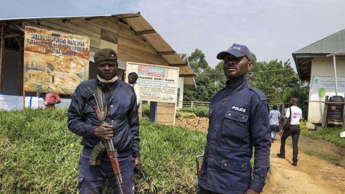 Kongolesische Polizisten bewachen ein Gesundheitszentrum, in dem Ebola-Impfungen stattfinden (Archiv). Foto: Al-Hadji Kudra Maliro/AP