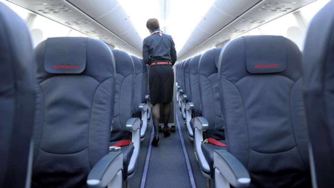 Wenn ein Sitznachbar zu viel Platz für sich beansprucht, kommt es im Flugzeug schnell zu Verärgerung. (Symbolbild)