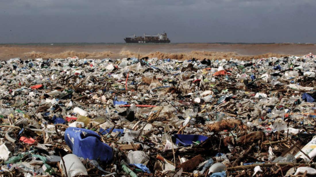 Plastik so weit das Auge reicht - an vielen Stränden keine Seltenheit mehr. (Symbolbild)