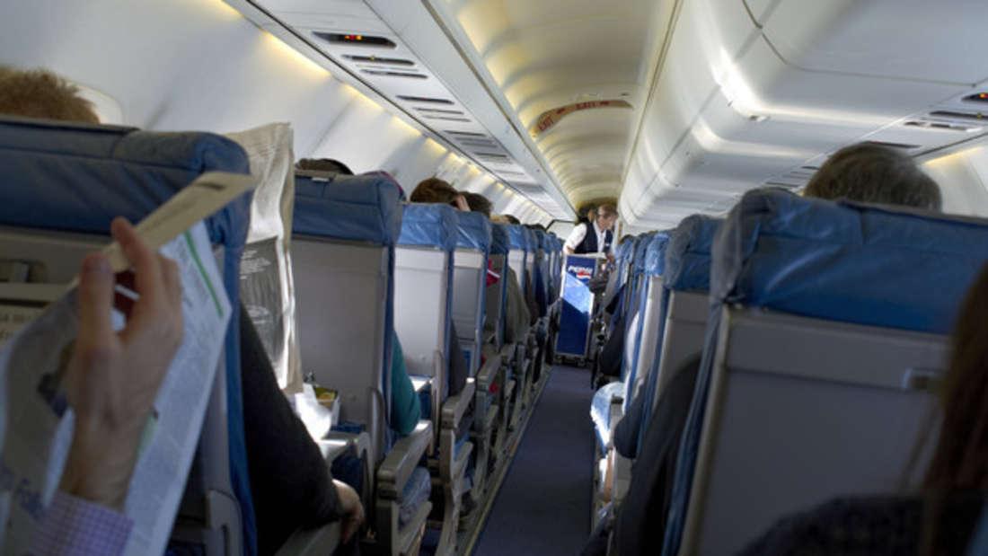 Manche Passagiere fühlen sich in der Flugzeugkabine wie im heimischen Wohnzimmer.