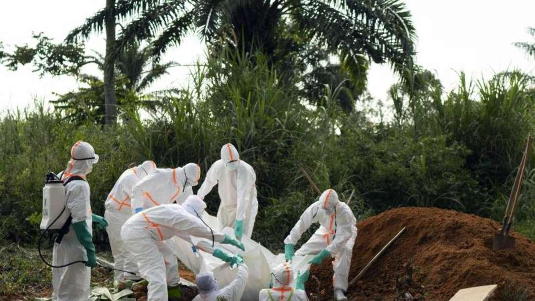 Die Bestattung eines Ebola-Opfers im Kongo. Seit einem Jahr wütet die Seuche im Osten des Landes. Foto: Jerome Delay/ap