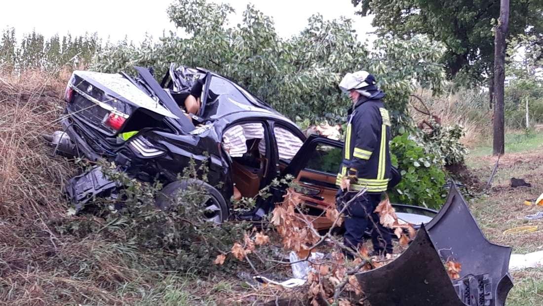Bei einem Unfall auf der B44 sterben zwei junge Männer.