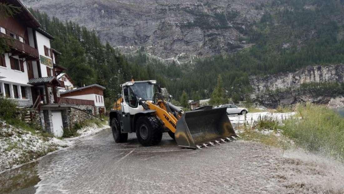 Die Abfahrt des Col d'Iseran war nach einer riesigen Schlammlawine nicht mehr passierbar. Foto: Thibault Camus/AP