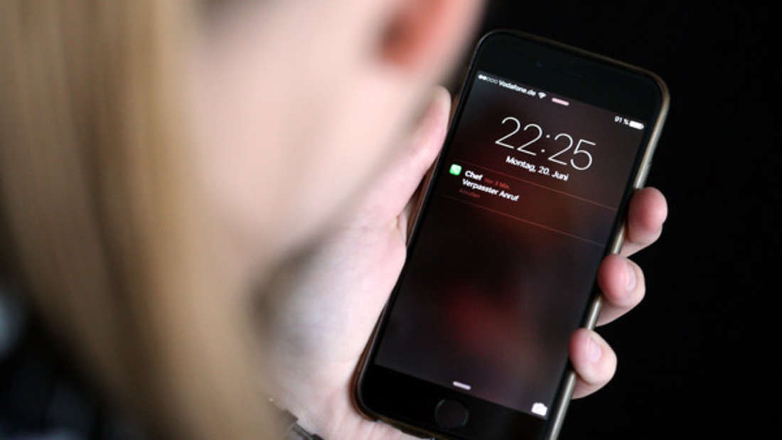 Eine Schutzfolie sorgt dafür, dass der Handy-Bildschirm heile bleibt. (Symbolbild)