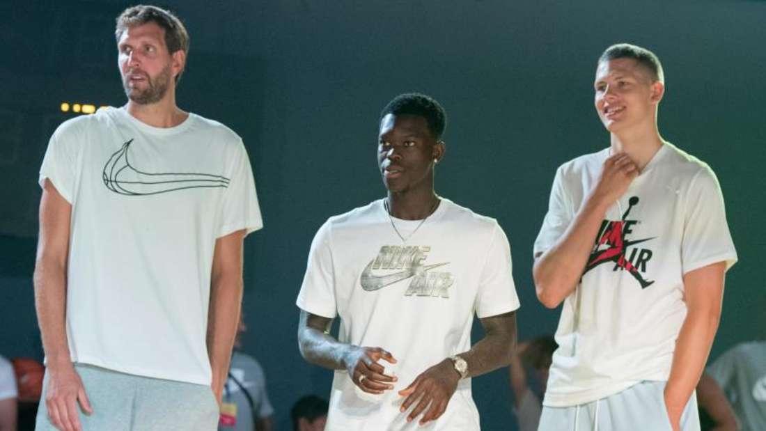 Dirk Nowitzki (l-r), Dennis Schröder und Moritz Wagner stehen bei der Veranstaltung eines Sportausrüsters beisammen. Foto:Jörg Carstensen