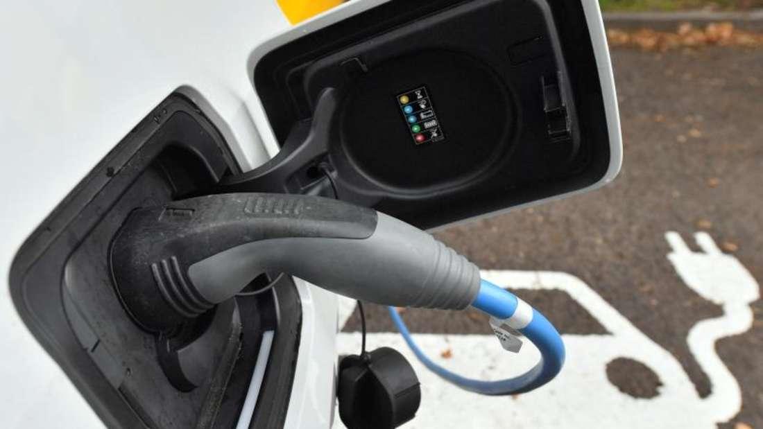 Ein Elektroauto wird an einer Ladestation aufgeladen. Das Kabinett hat ein milliardenschweres Steuerpaket zur Förderung der Elektromobilität auf den Weg gebracht. Foto: Hendrik Schmidt