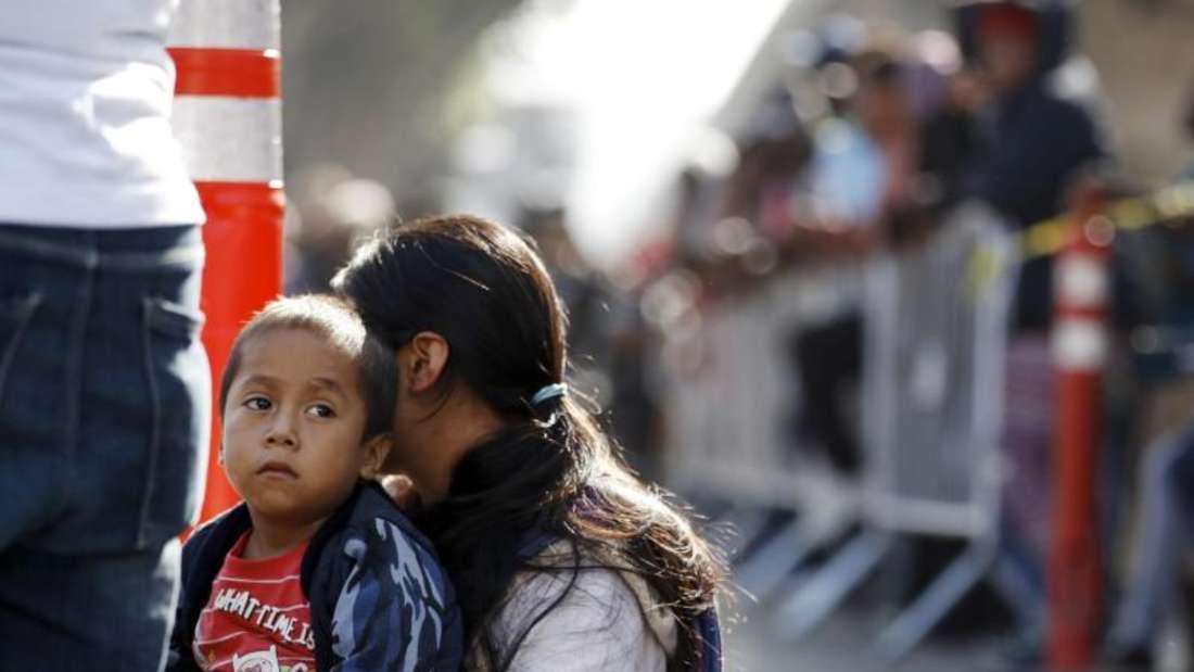 Eine Frau und ihr Sohn in der Grenzstadt Tijuana. Foto: Gregory Bull/AP