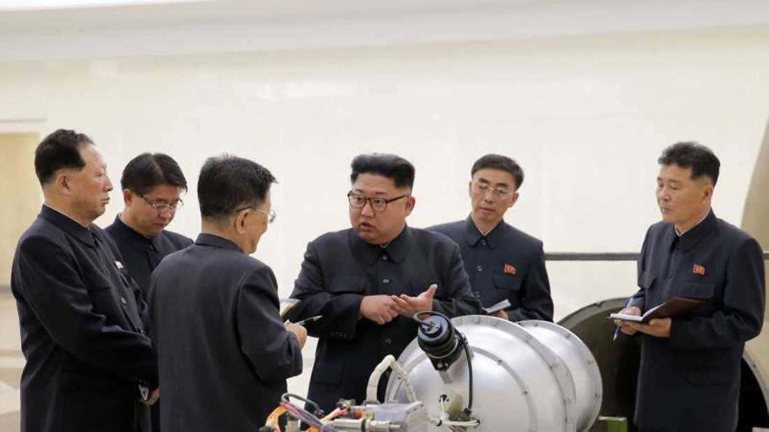 Nordkoreas Staatschef Kim Jong Un neben einem Sprengkopf. Foto: KCNA/Archiv