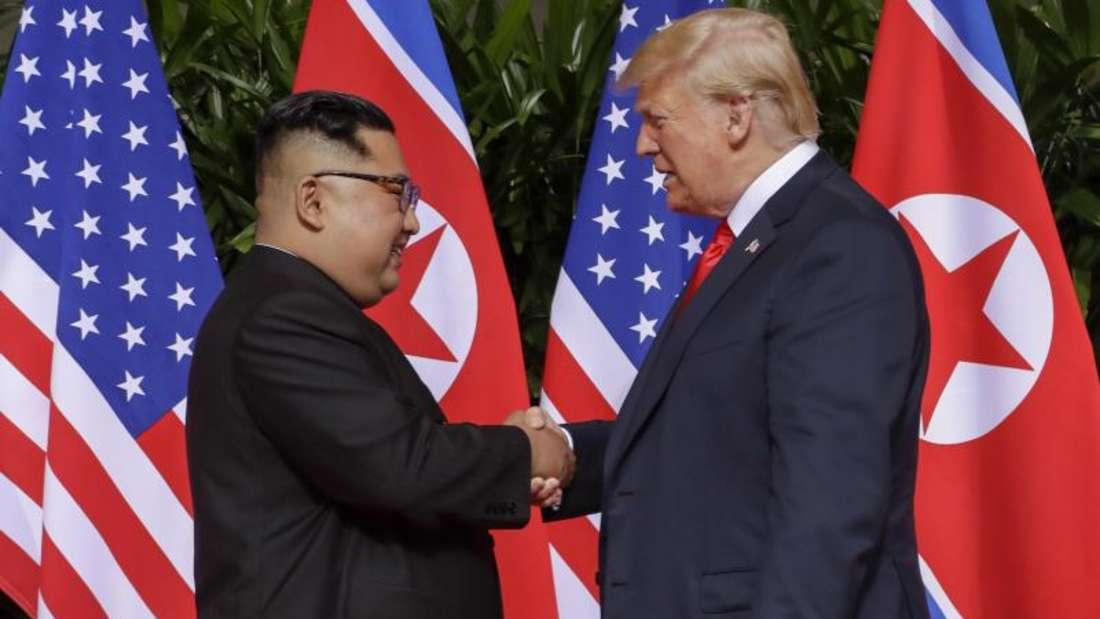 Spektakuläres Treffen - bislang ohne echte Abrüstungsfortschritte:Kim Jong Un und US-Präsident Donald Trump im Juni 2018. Foto:Evan Vucci/AP