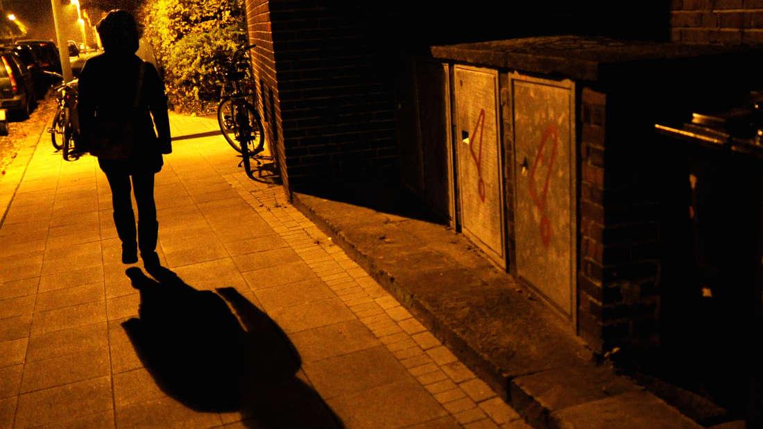 Beim naechtlichen Spaziergang wurde eine junge Frau in Bielefeld ueberfallen. (Symbolbild)