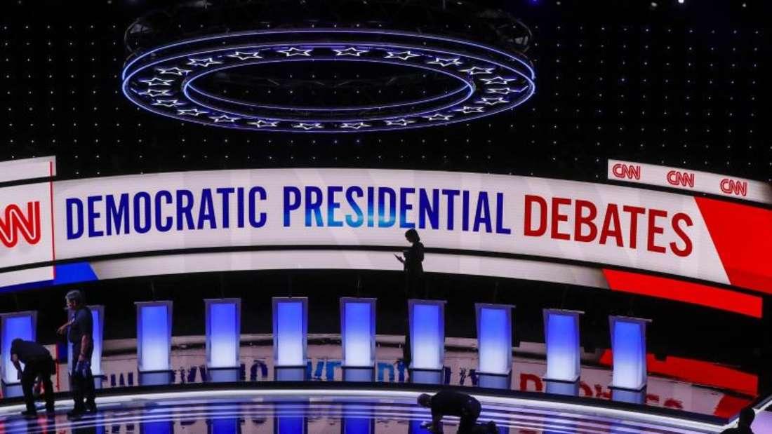 Arbeiter bereiten die Bühne für die 2. TV-Debatte der Demokraten im Fox Theatre in Detroit vor. Foto: Paul Sancya/AP