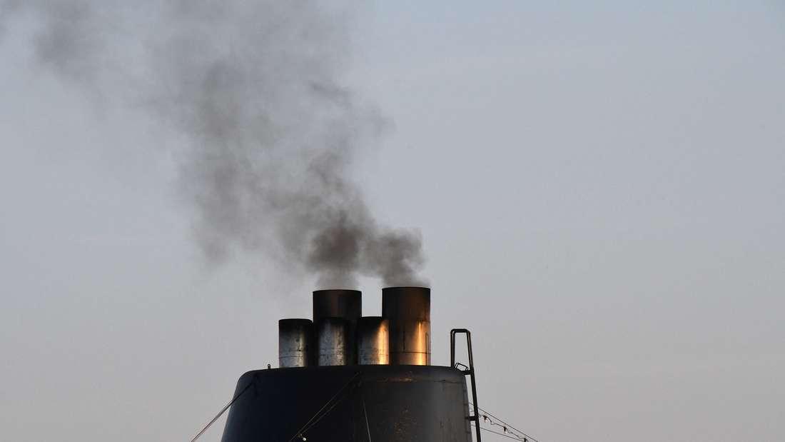 Der Anblick der Schornsteine auf Kreuzfahrtschiffen lässt nichts Gutes für die Umwelt ahnen. (Symbolbild)