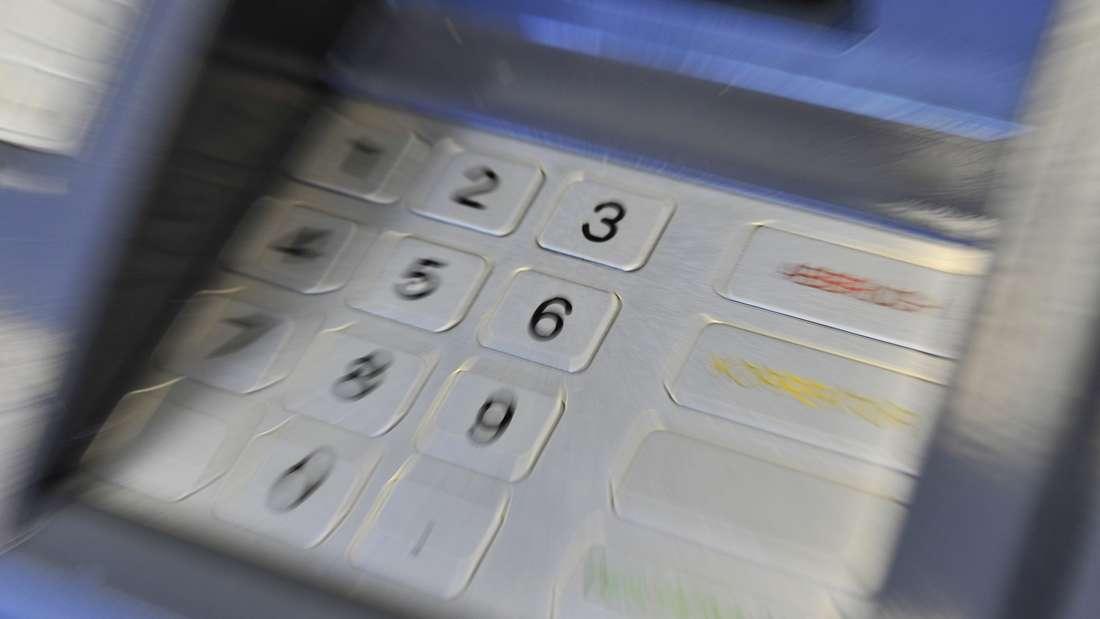 Wer im Urlaub Geld am Automaten abhebt, zahlt in vielen Fällen drauf.
