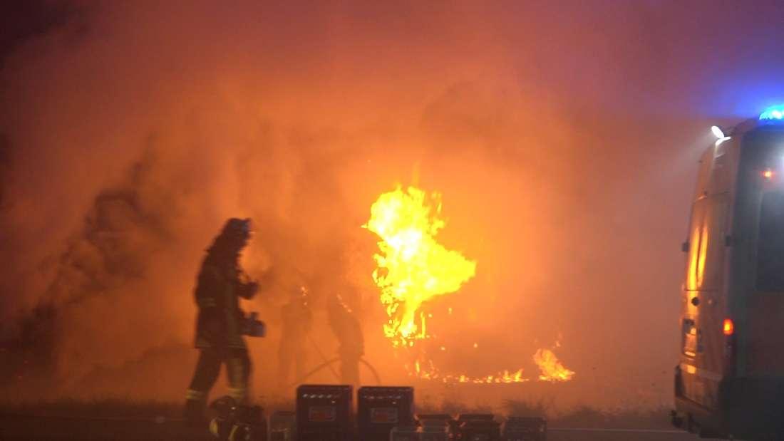Hunderte Strohballen brennen an der B47.