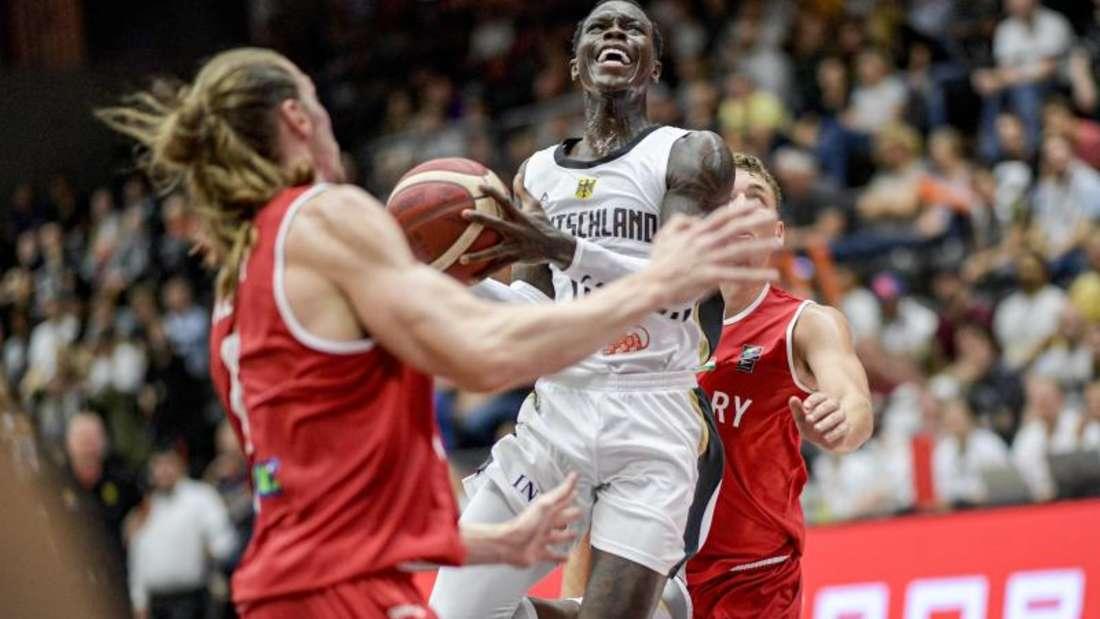 NBA-Star Dennis Schröder (M.) ist der Anführer im DBB-Team. Foto: Axel Heimken