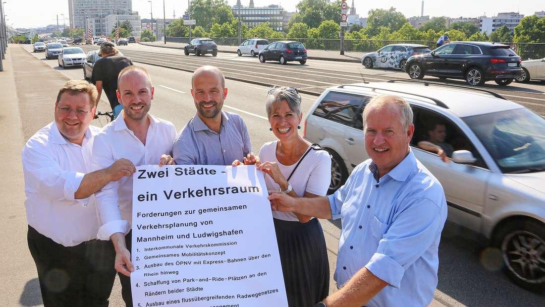 """Die CDU erläutert beim """"Brückentag"""" (25. Juli 2019) auf der Adenauer-Brücke ihre Forderungen, um einen Verkehrskollaps wegen der Hochstraßenprojekte zu vermeiden."""