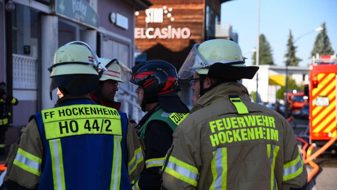 In der Flüchtlingsunterkunft im ehemaligen Hotel Atlanta in der Robert-Bosch-Straße in Schwetzingen bricht am Freitagmorgen (23. August) ein Feuer aus. Mehrere Personen werden verletzt. © HEIDELBERG24/PR-Video/Priebe