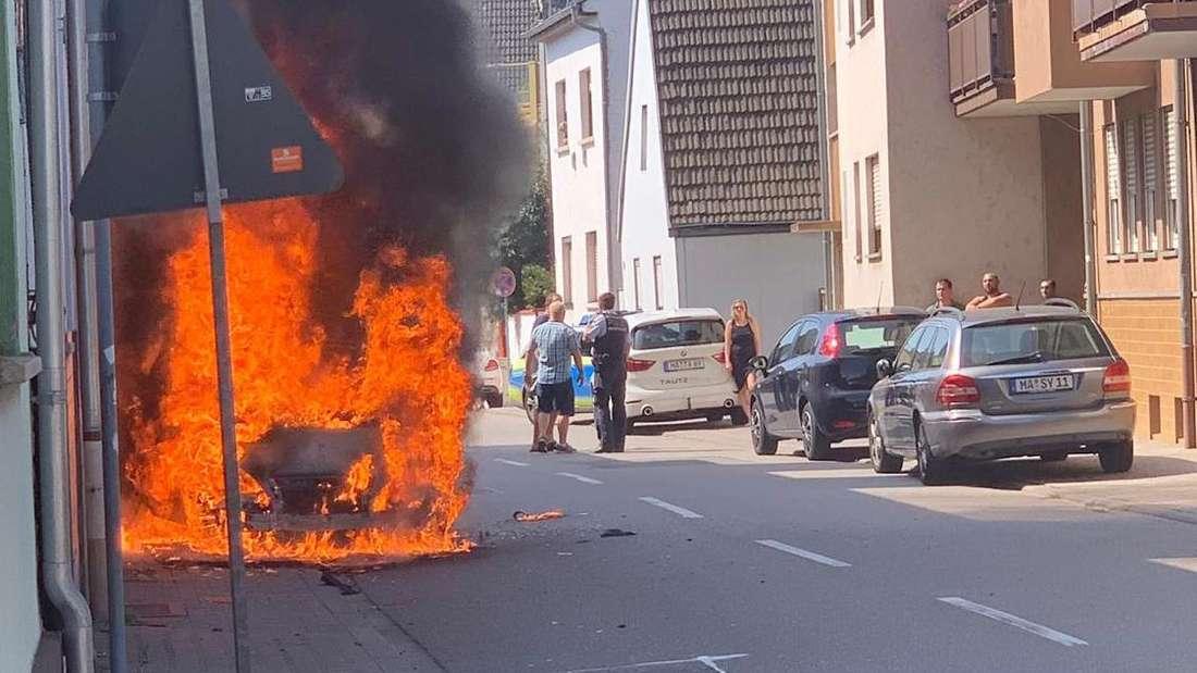 In der Vogesenstraße in Mannheim-Friedrichsfeld greift ein Autobrand auf ein Wohnhaus über.