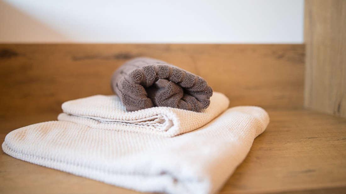 Wer sein Handtuch richtig aufhängt, spart sich muffige Gerüche.