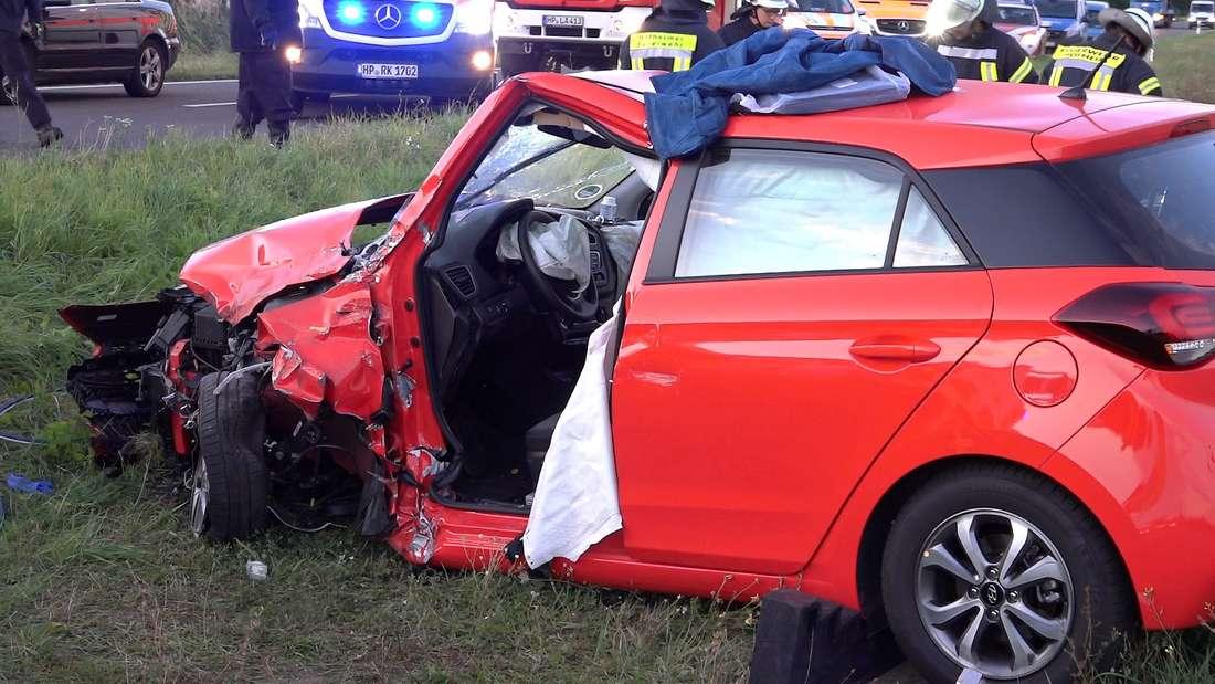 Auf der L3261 zwischen Biblis und Lampertheim gerät eine 24-Jährige in einem Hyundai in den Gegenverkehr und kollidiert frontal mit einem Jeep Cherokee. Die junge Frau wird bei dem Unfall eingeklemmt und schwer verletzt. Ihr 13 Monate altes Baby überlebt unverletzt auf der Rückbank. © MANNHEIM24/Keutz TV-News/Herbert Matern