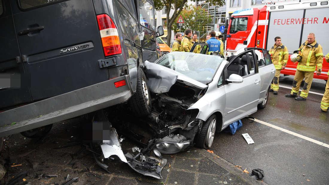Der VW wird bei dem Unfall mit voller Wucht unter den Sprinter geschoben.