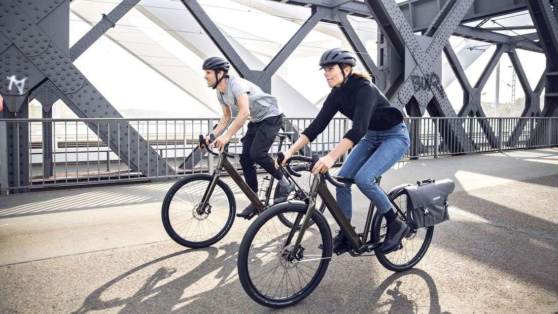 Mit Leichtigkeit über die Brücke und am Stau vorbei: Das COBOC Ten Torino Lifestyle E-Bike verbindet Sportlichkeit mit Eleganz.