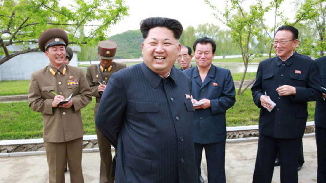 """Nordkoreas Diktator KimJong-un ist nicht nur als Despot bekannt, sondern soll auch sehr reich sein. Der """"Oberste Führer""""lebt angeblich nicht nur im Luxus, sondern kann auch fünf Milliarden Dollar (etwa 4,5 Milliarden Euro) sein Eigen nennen."""