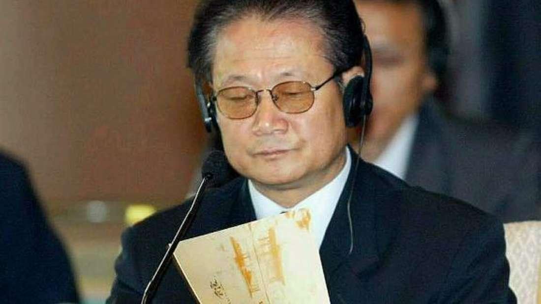 Der Vater von Nordkoreas aktuellem Machtinhaber, KimYong-un, soll bereits vor seinem Sohn seinem Volk das Leben zur Hölle gemacht haben. Während viele seiner Bürger verhungerten, habe Kim Jong-il vier Milliarden Dollar (etwa 3,5 Milliarden Euro) gestohlen, heißt es.