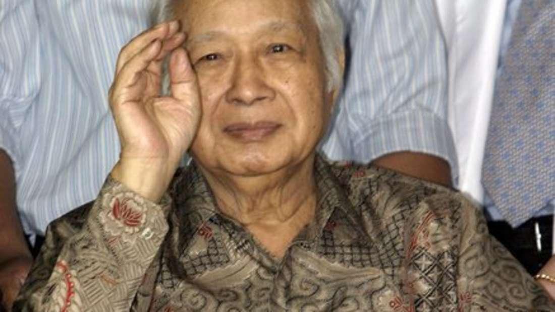 """Der """"korrupteste Staatsführer in 20 Jahren"""" war 31 Jahre lang Präsident Indonesiens (bis 1998). Während seiner Amtszeit soll er bis zu 35 Milliarden Dollar (um die 31 Milliarden Euro) zur Seite geschafft haben."""