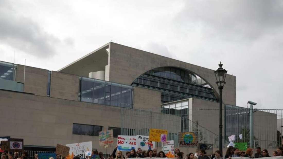 Protest vor dem Kanzleramt in Berlin. Foto: Christoph Soeder