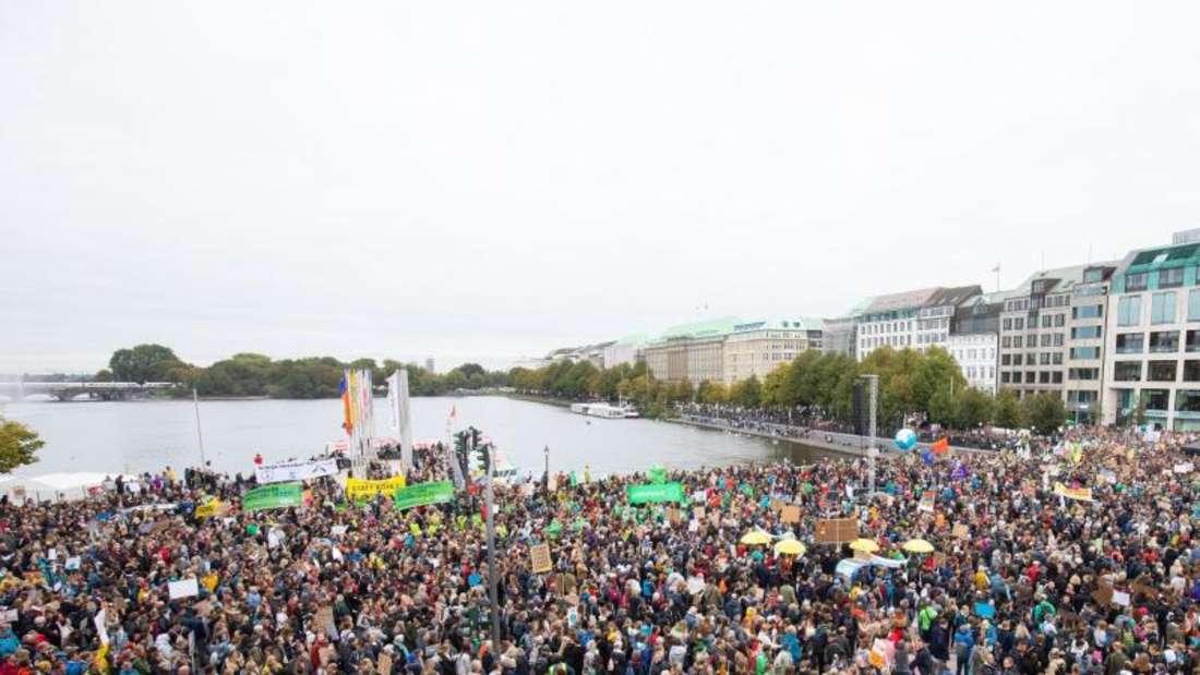 Klimastreik am Jungfernstieg in Hamburg. Foto: Christian Charisius
