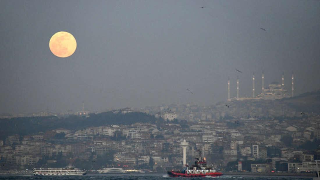Bis nach Istanbul sei das Erdbeben spürbar gewesen.