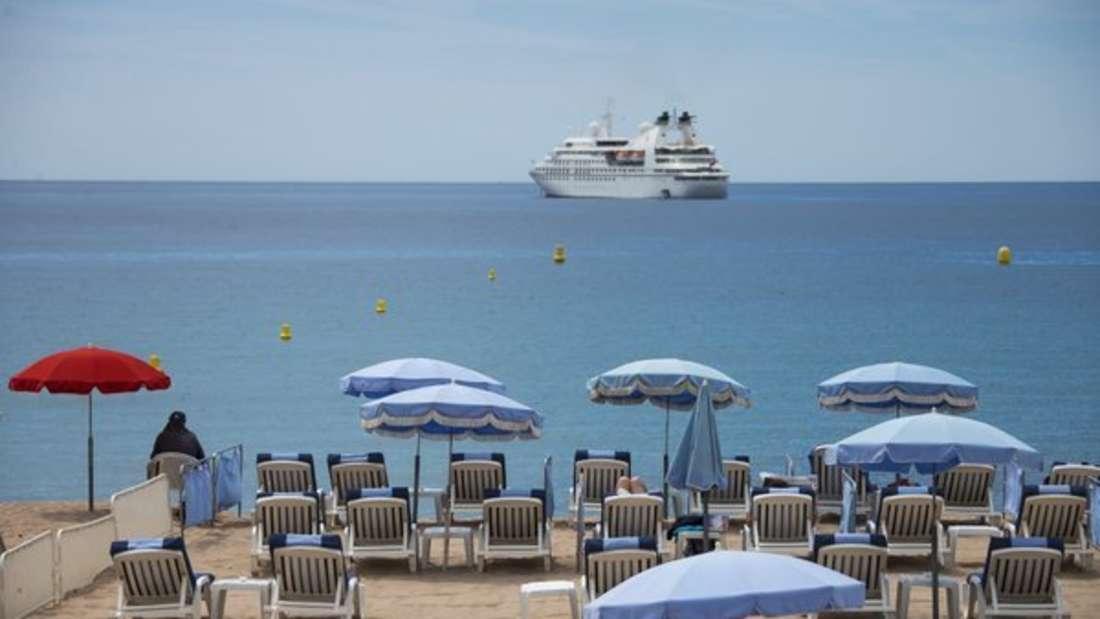 Kreuzfahrtschiff vor Cannes.