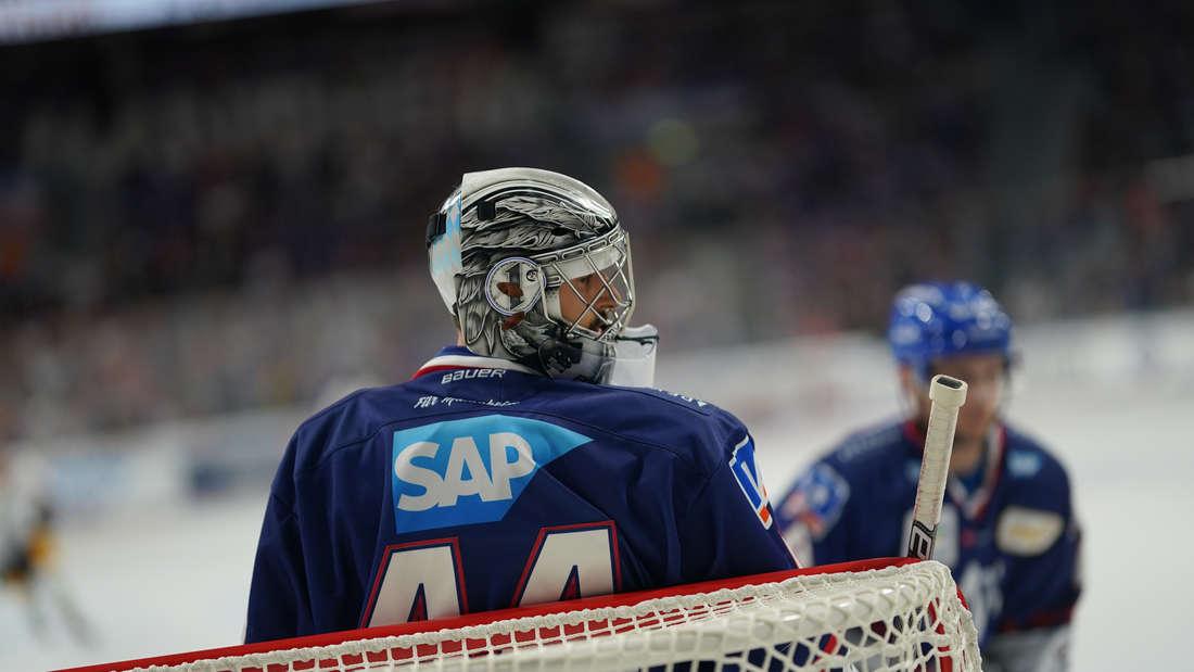 Die Adler Mannheim gewinnen souverän in der SAP Arena gegen die Eisbären Berlin.